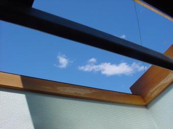 ロフトの天窓から空