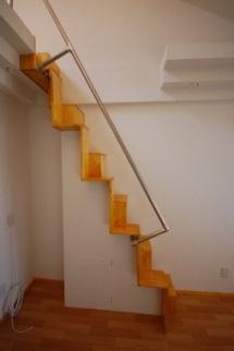 ロフトの互い違い階段 立面写真