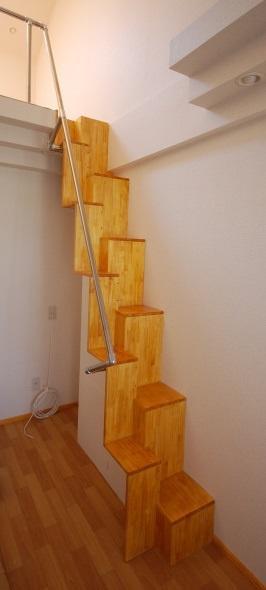 ロフトの互い違い階段