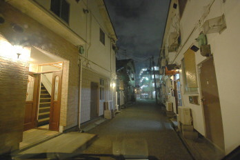 夜のアパート駅までの道 アパート前