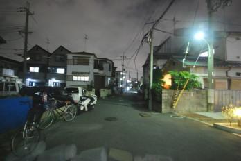 夜のアパート駅までの道 アパートの角